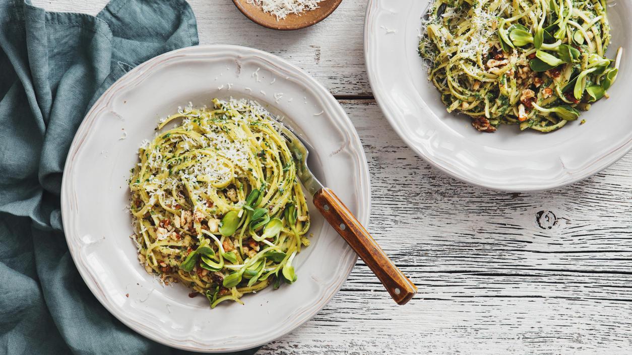 Für ein Pesto braucht es nicht mehr als ein paar Kräuter, Salz, Parmesan, Pinienkerne und gutes Olivenöl. Viele greifen trotzdem zur Fertigvariante.
