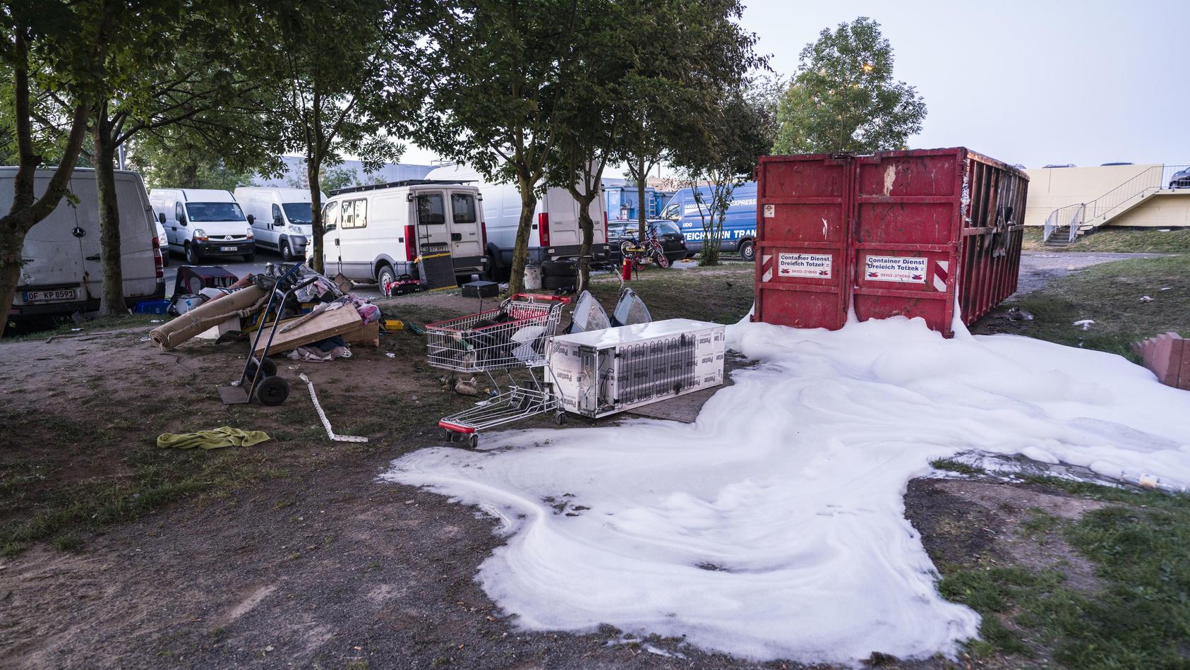 Etwa 50 Männer haben im hessischen Dietzenbach (Landkreis Offenbach) einen Brand gelegt und anschließend die Rettungskräfte angegriffen. Polizisten und Feuerwehrleute wurden bei ihrem Eintreffen von der Gruppe mit Steinen beworfen.