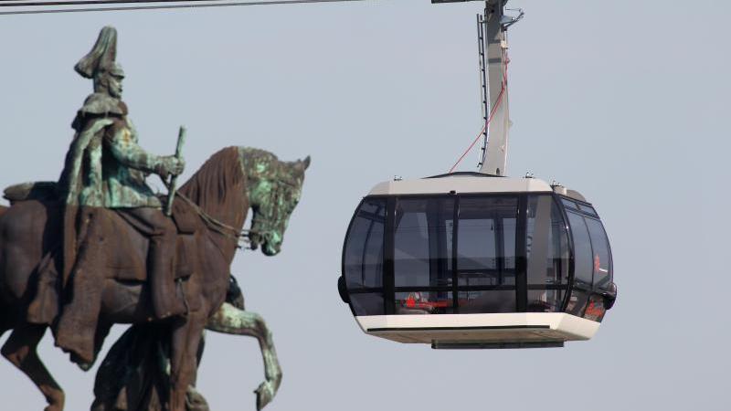 Eine Seilbahngondel fährt am Reiterstandbild von Kaiser Wilhelm am Deutschen Eck in Koblenz vorbei. Foto: picture alliance / dpa