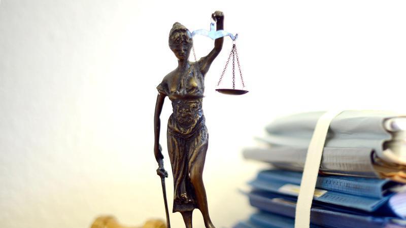 Die modellhafte Nachbildung der Justitia. Foto: Volker Hartmann/dpa/Archivbild