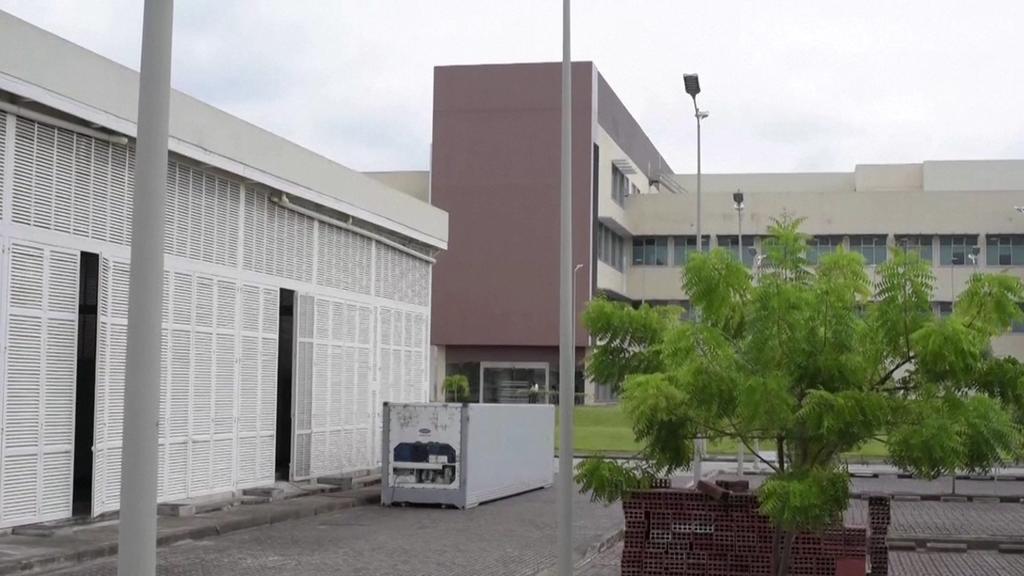 Container voller Leichen vor einem Krankenhaus in Guayaquil.
