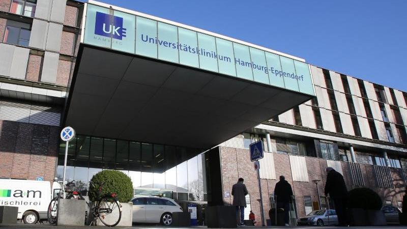 Blick auf den Eingangsbereich des Universitätsklinikums Hamburg-Eppendorf (UKE). Foto: Bodo Marks/dpa/Archivbild