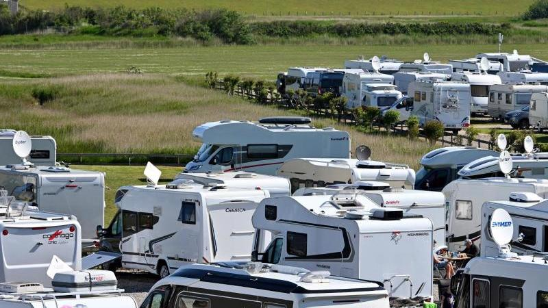 Campingwagen und Wohnmobile stehen auf dem Campingplatz Biehl an der Nordsee. Foto: Carsten Rehder/dpa