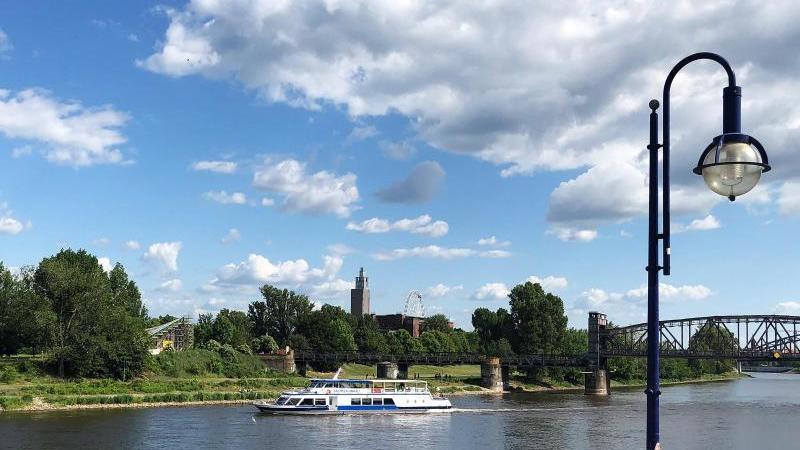 Ein Ausflugsschiff der Magdeburger Weißen Flotte auf der Elbe. Foto: Franziska Höhnl/dpa-Zentralbild/ZB/Archivbild