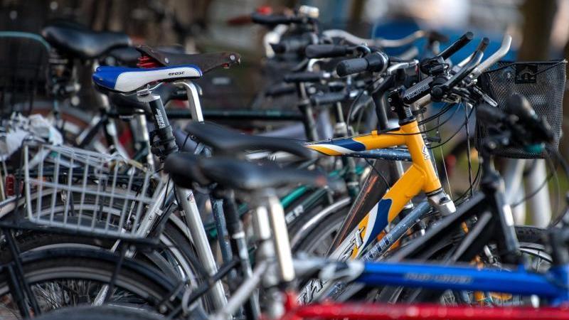 Zahlreiche Fahrräder stehen an einem Stellplatz. Foto: Monika Skolimowska/dpa-Zentralbild/dpa/Symbolbild