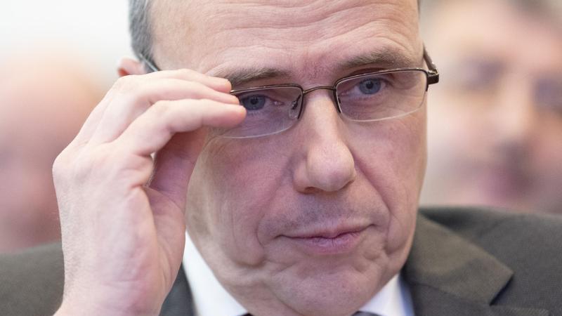 Peter Beuth (CDU), Innenminister von Hessen, sitzt im Landtag. Foto: Boris Roessler/dpa/Archivbild