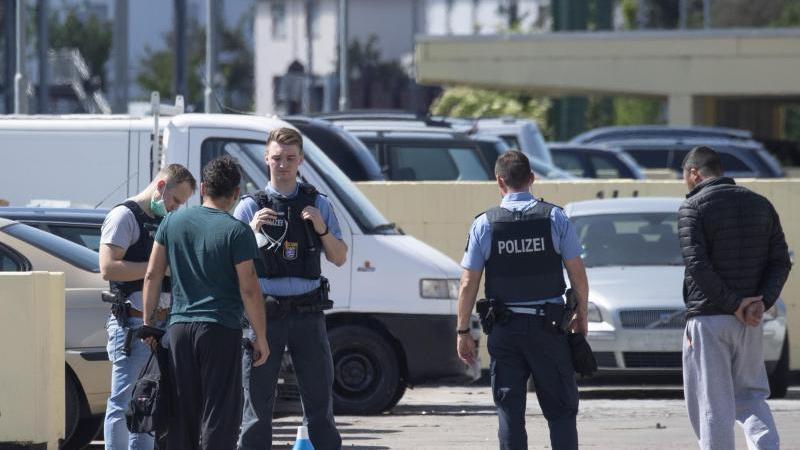 Nach Attacken auf Einsatzkräfte befragen Polizisten vor Ort Zeugen. Foto: Boris Roessler/dpa