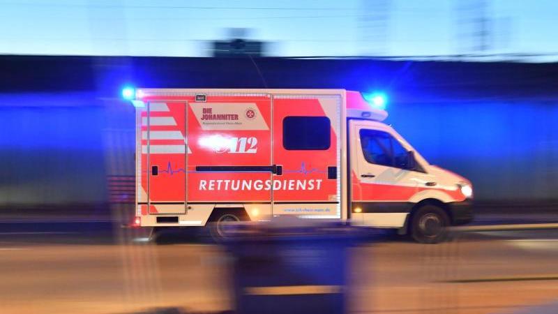 Ein Rettungswagen ist mit eingeschaltetem Blaulicht im Einsatz. Foto: Boris Roessler/dpa/Archivbild/Archivbild