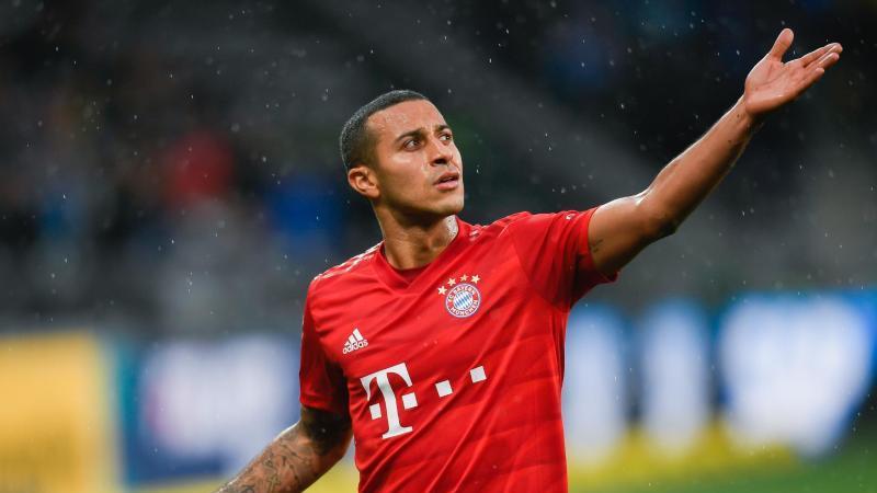 Münchens Thiago läuft zu den Bayern Fans. Foto: Tom Weller/dpa/Archivbild
