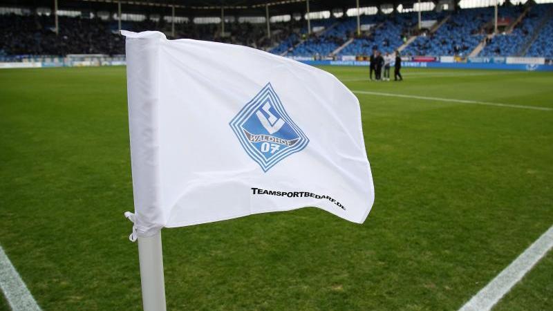 Der SV Waldhof Mannheim will mit einem Heimsieg gegen den KFC Uerdingen seinen Aufstiegsplatz verteidigen. Foto: Michael Deines/dpa
