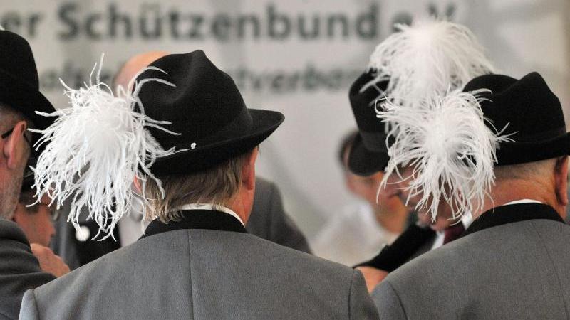 Schützen versammeln sich zum Schützenfest. Foto: Martin Schutt/dpa-Zentralbild/dpa/Symbolbild