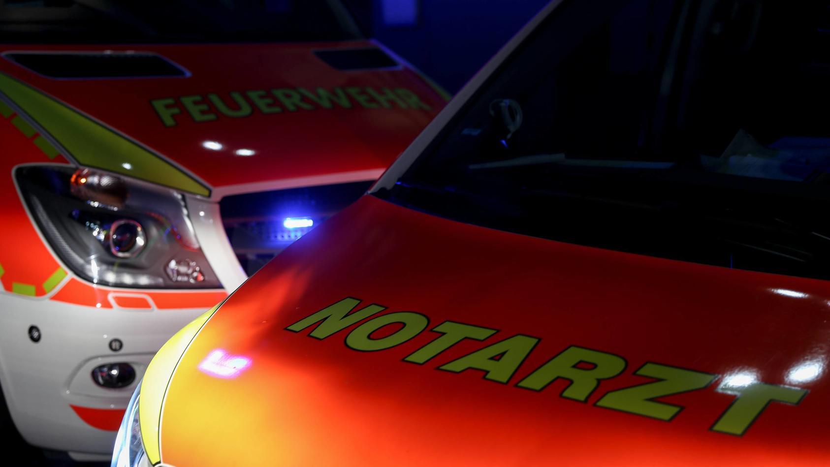 Fahrzeuge der Feuerwehr und Notarzt im Einsatz bei Nacht Themenbild, Symbolbild, Feuerwehr, Notarzt, 04.09.18 Buchenstr