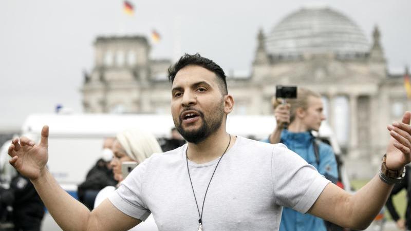 Attila Hildmann nimmt an einer Demonstration vor dem Reichstag teil. Foto: Carsten Koall/dpa/Archivbild