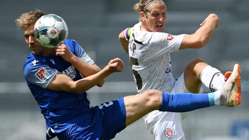 Lukas Grozurek (l.) vom Karlsruher SC und Henk Veerman vom FC St. Pauli kämfen um den Ball. Foto: Matthias Hangst/Getty Images Europe/Pool/dpa
