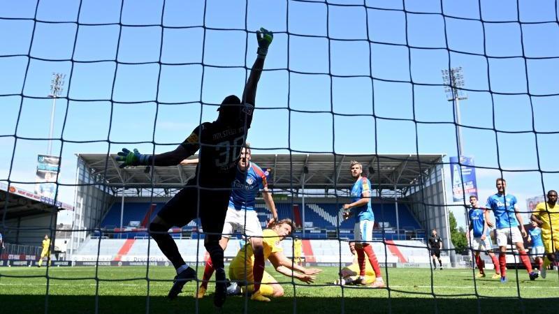 Sven Schipplock von Bielefeld köpft das zweite Tor seiner Mannschaft. Foto: Stuart Franklin/Getty Images Europe/Pool/dpa