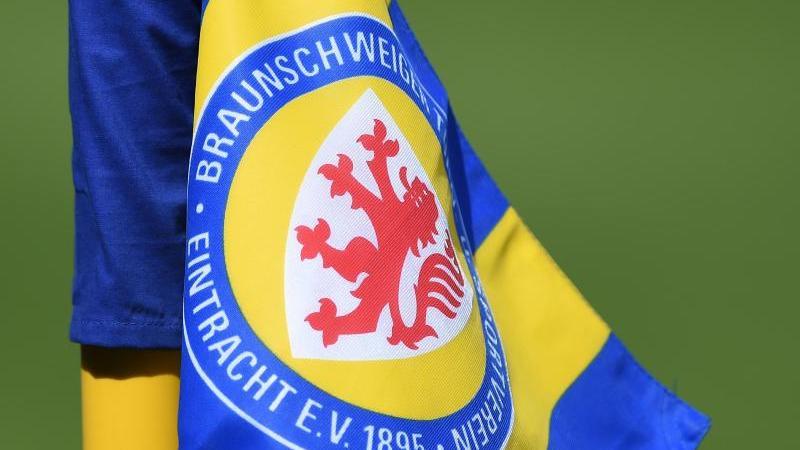 Die Eckfahne mit dem Wappen von Eintracht Braunschweig. Foto: picture alliance / Swen Pförtner/dpa/Archivbild