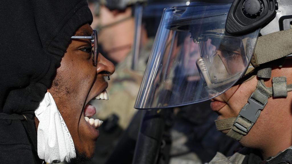 Demonstrant und Nationalgardist stehen sich gegenüber