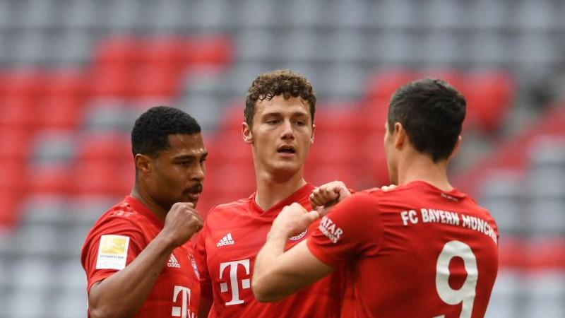 Bayerns Benjamin Pavard (M), Serge Gnabry (l) und Robert Lewandowski bejubeln das erste Tor der Partie. Foto: Christof Stache/AFP/Pool/dpa