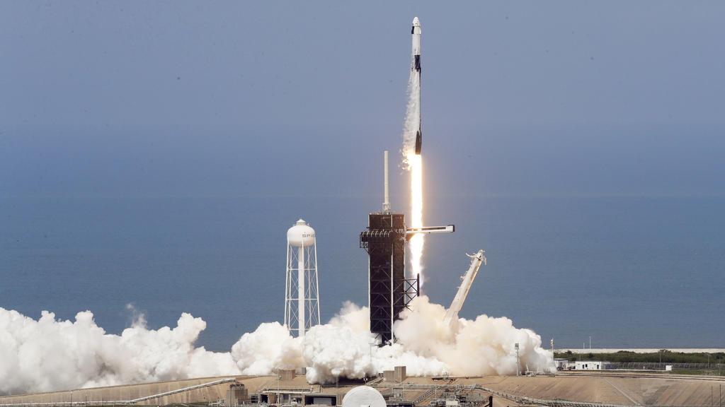 30.05.2020, USA, Cape Canaveral: Eine SpaceX «Falcon 9»-Rakete mit den NASA-Astronauten Hurley und Behnken in der Besatzungskapsel der Dragon hebt von der Startrampe 39-A im Kennedy Space Center ab. Nach knapp neunjähriger Pause sind erstmals wieder