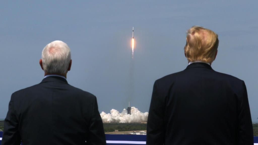 US-Präsident Donald Trump und  US-Vizepräsident Mike Pence beobachten den Raketenstart.