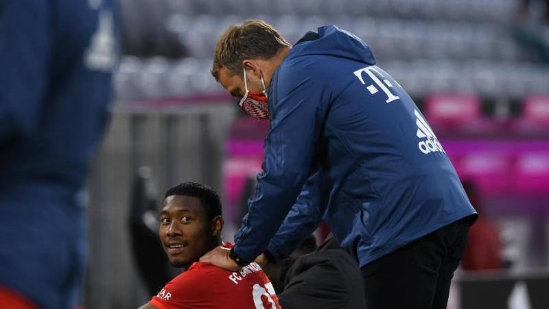 Bayern-Trainer Hansi Flick (r) und David Alaba nach dem Spiel. Foto: Christof Stache/AFP/Pool/dpa