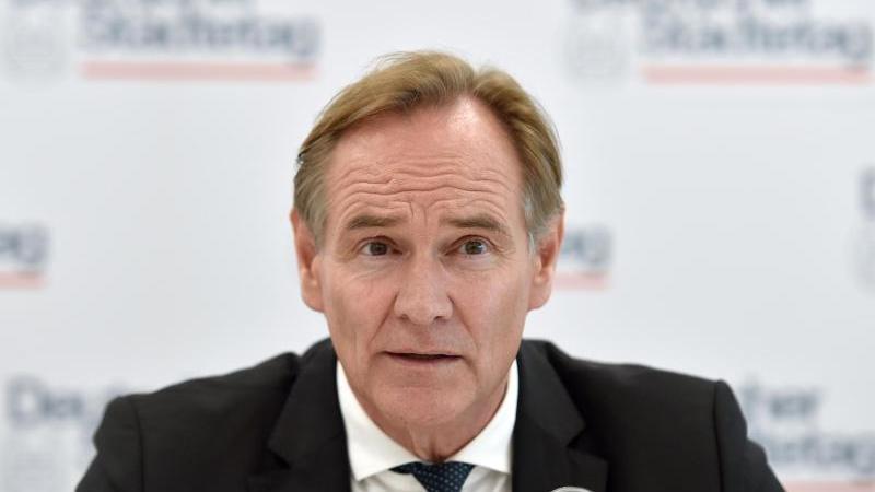 Burkhard Jung (SPD), Oberbürgermeister von Leipzig, spricht bei einer Pressekonferenz. Foto: Caroline Seidel/dpa/Archivbild