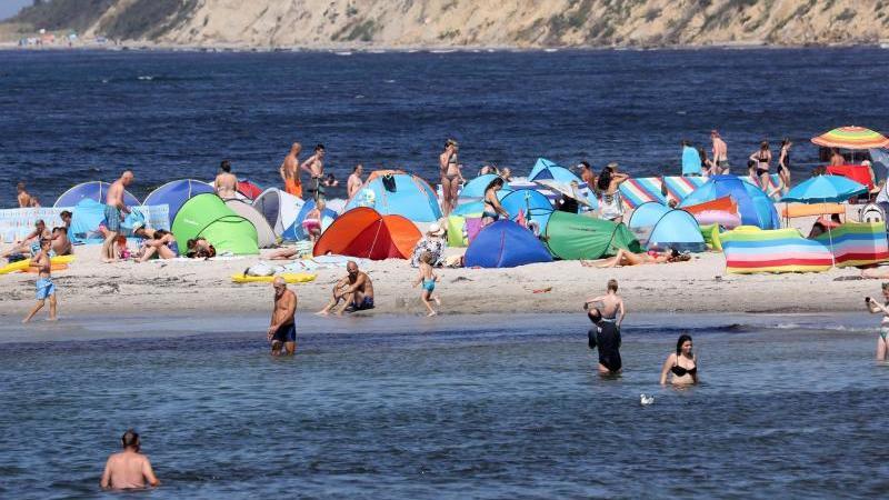 Das warme Sommerwetter lockt die Badegäste an den Ostseestrand. Foto: Bernd Wüstneck/ZB/dpa/Archivbild