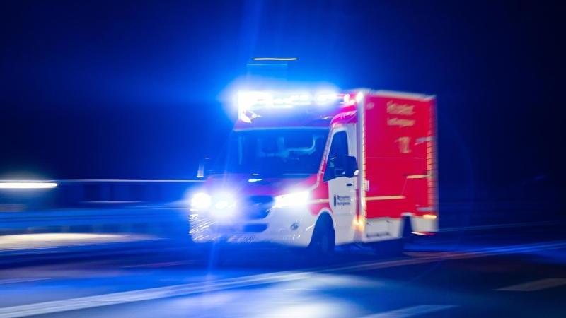 Ein Rettungswagen der Feuerwehr fährt mit Blaulicht durch eine Straße. Foto: Marcel Kusch/dpa/Illustration