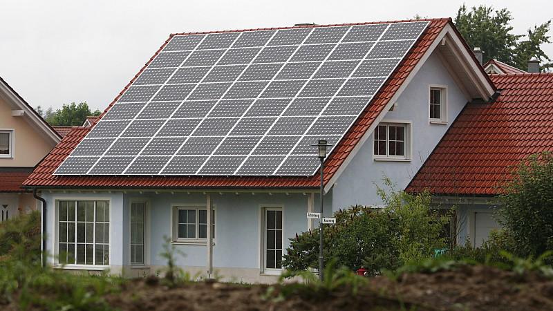 ARCHIV - Ein mit Solarzellen ausgerüstetes Einfamilienhaus in Ungershausen (Schwaben) aufgenommen am Donnerstag (28.07.2011). Die deutsche Solarindustrie sieht die geplanten Förderkürzungen als Frontalangriff gegen die Energiewende. «Was hier geplant