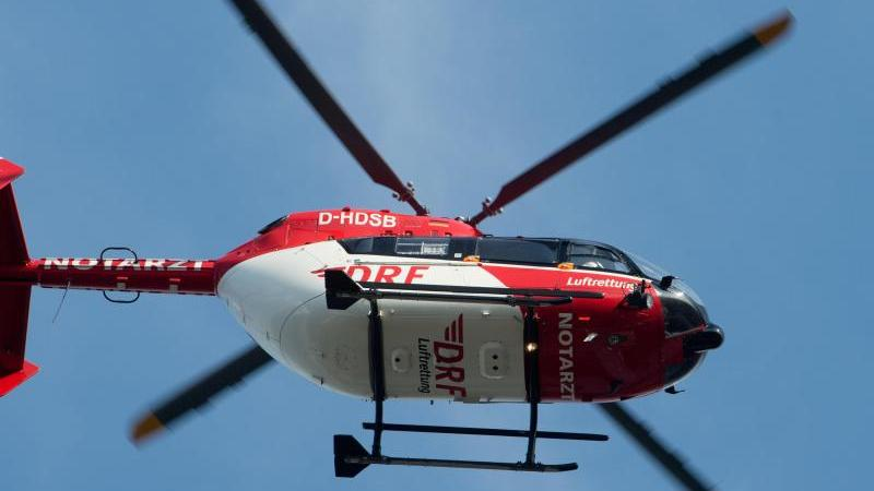 Ein Rettungshubschrauber fliegt über einem Krankenhaus. Foto: Stefan Sauer/zb/dpa/Symbolbild