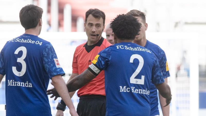 """Schalkes Weston McKennie (2) trägt eine Armbinde mit dem Schriftzug """"Justice for George"""". Foto: Bernd Thissen/dpa"""