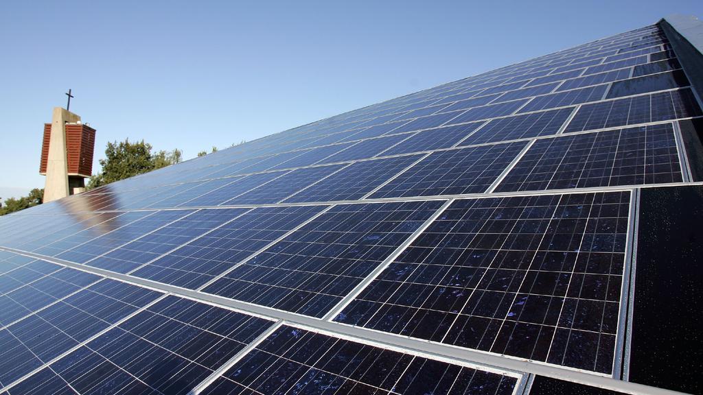ARCHIV - Auf dem Dach der Martin-Luther-Kirche in Seckenhausen/Landkreis Stuhr ist eine ca. 400 Quadratmeter große Solaranlage installiert (Archivfoto vom 30.09.2005). Die Solarbranche ist im Börsenalltag angekommen: Nach den massiven Kursgewinnen se
