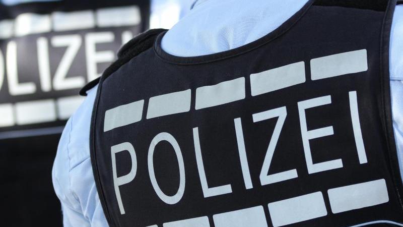 In Polizei-Westen gekleidete Polizisten. Foto: Silas Stein/dpa/Symbolbild