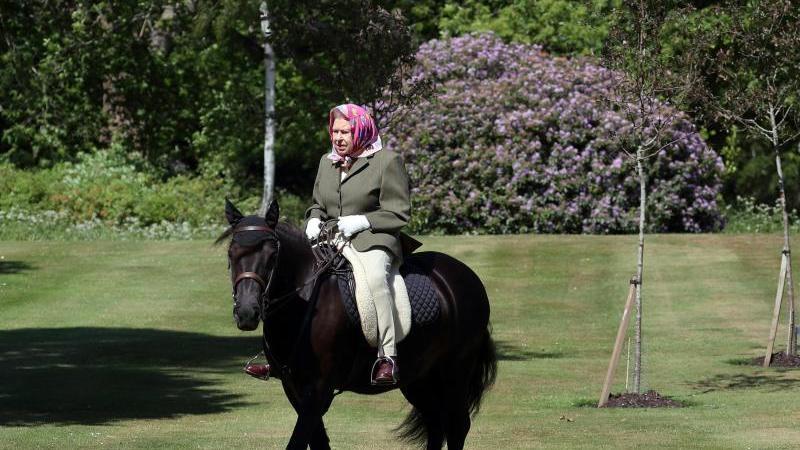 Königin Elizabeth II. reitet auf Fell-Pony Balmoral Fern. Foto: Steve Parsons/PA Media/dpa