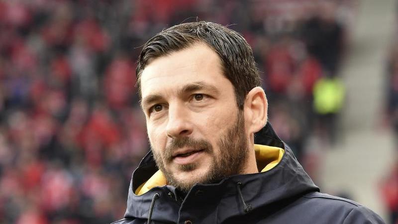 Der Sandro Schwarz steht im Stadion. Foto: Torsten Silz/dpa/Archivbild