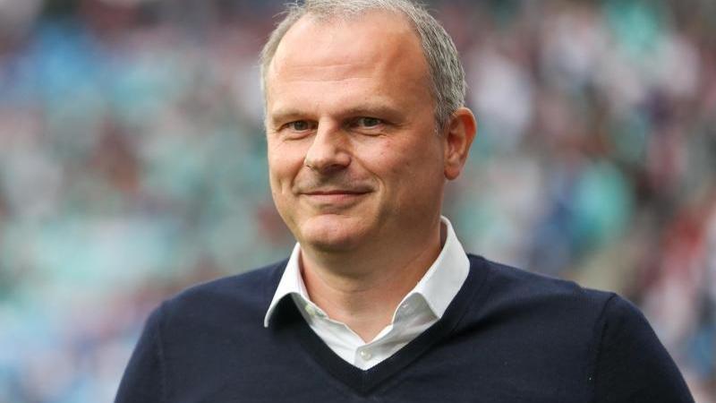 Jochen Schneider, Vorstandsmitglied von Schalke, geht durch das Stadion. Foto: Jan Woitas/dpa-Zentralbild/dpa/Archivbild