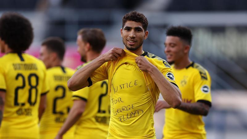"""Auch Dortmunds Achraf Hakimi zeigt ein Shirt mit dem Schriftzug """"Justice for George Floyd"""". Foto: Lars Baron/Getty Images Europe/Pool/dpa"""