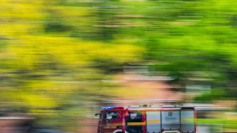 Ein Löschfahrzeug der Feuerwehr fährt zu einem Einsatz. Foto: Robert Michael/dpa-Zentralbild/dpa/Symbolbild