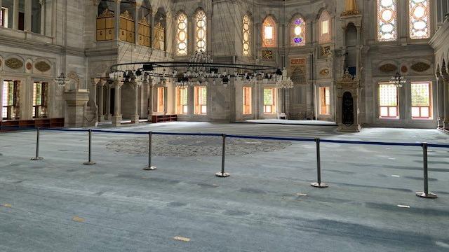 Auf dem Boden der Moschee sind Markierungen zu sehen, die den Sicherheitsabstand anzeigen.