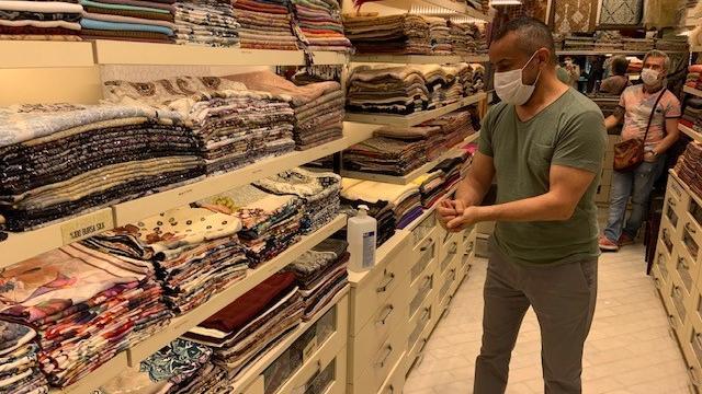 """Schalverkäufer Oktay May sagt: """"Keine Touristen, kein Business"""""""