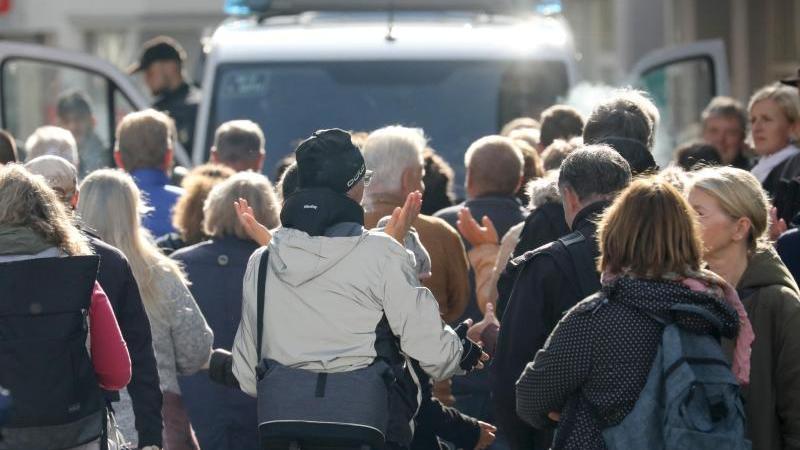 Die Teilnehmer einer Aktion gegen Corona-Beschränkungen haben sich versammelt. Foto: Bernd Wüstneck/dpa-Zentralbild/dpa/Archivbild