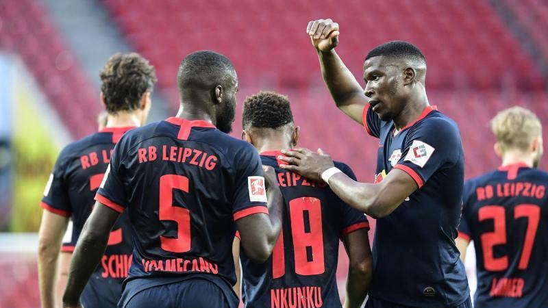 Leipzigs Spieler bejubeln das Tor zum zwischenzeitlichen 2:1 durch Christopher Nkunku (M). Foto: Ina Fassbender/AFP/POOL/dpa