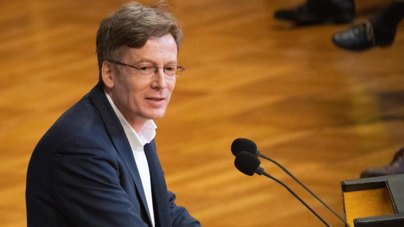 SPD-Fraktionschef Dirk Kienscherf spricht imRathaus. Foto: Christian Charisius/dpa/Archivbild