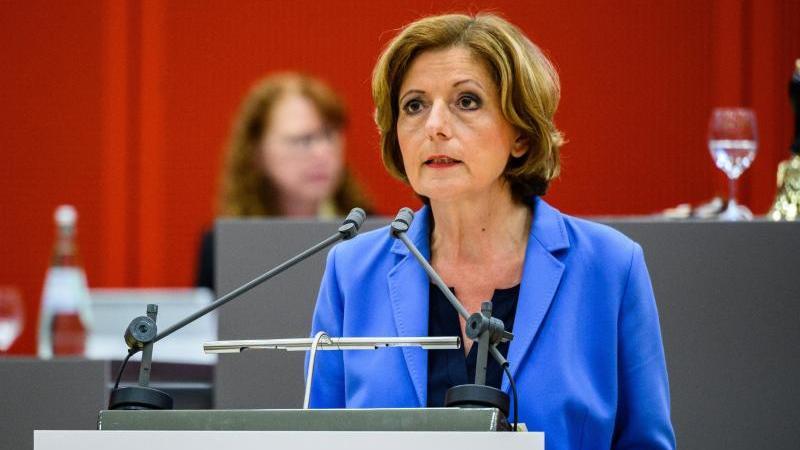 Malu Dreyer (SPD), Ministerpräsidentin von Rheinland-Pfalz, spricht im Landtag. Foto: Andreas Arnold/dpa/Archivbild