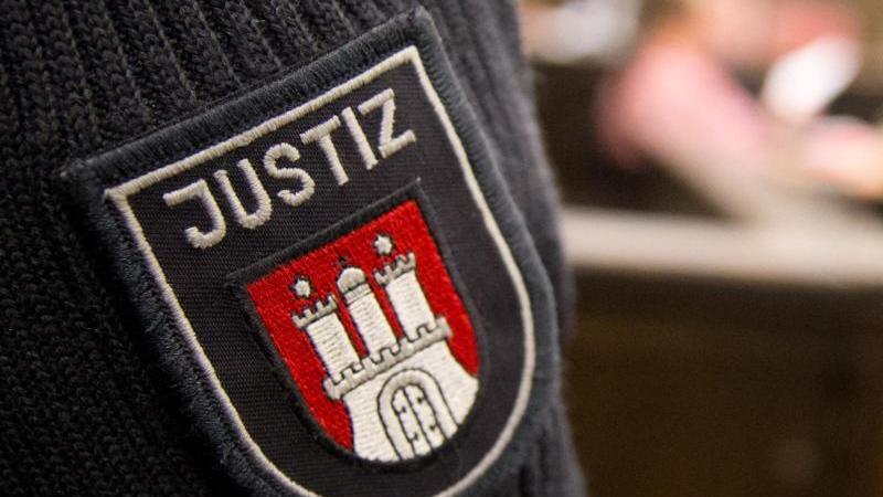 Das Wappen der Stadt Hamburg ist auf dem Ärmel eines Justizbeamten zu sehen. Foto: picture alliance / dpa / Symbolbild