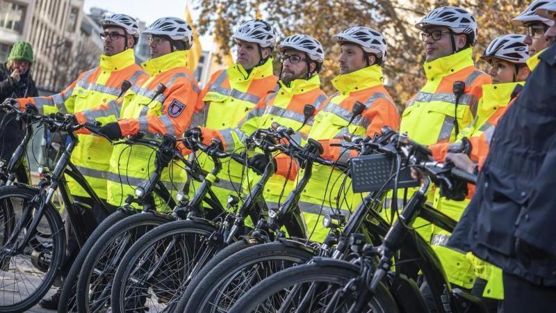Mitglieder einer Fahrradstaffel stehen zusammen. Foto: Frank Rumpenhorst/dpa/Archivbild