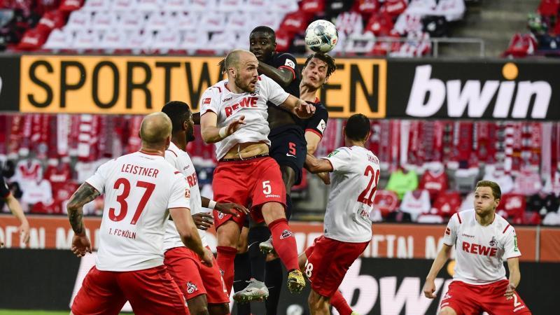 Kölns Rafael Czichos (3.vl) kämpft um den Ball. Foto: Ina Fassbender/AFP/POOL/dpa/Archivbild
