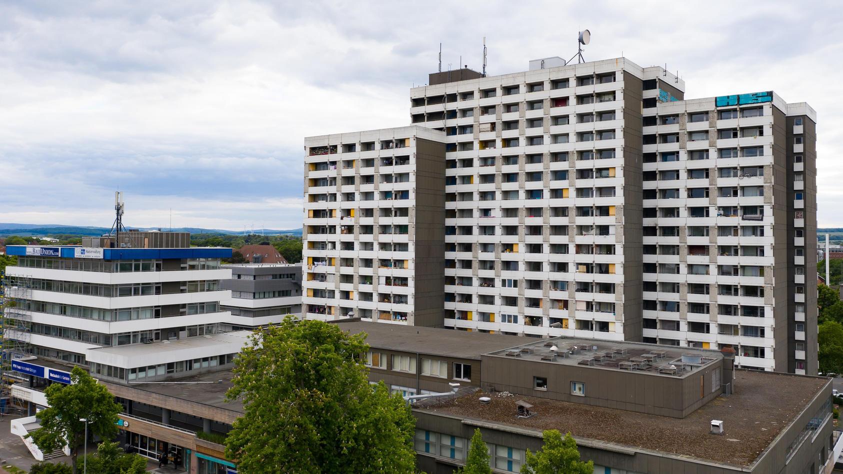In diesem Göttinger Hochhaus mit insgesamt 700 Bewohnern haben sich bei privaten Feiern mindestens 68 Mitglieder mehrerer Großfamilien mit dem Coronavirus infiziert.
