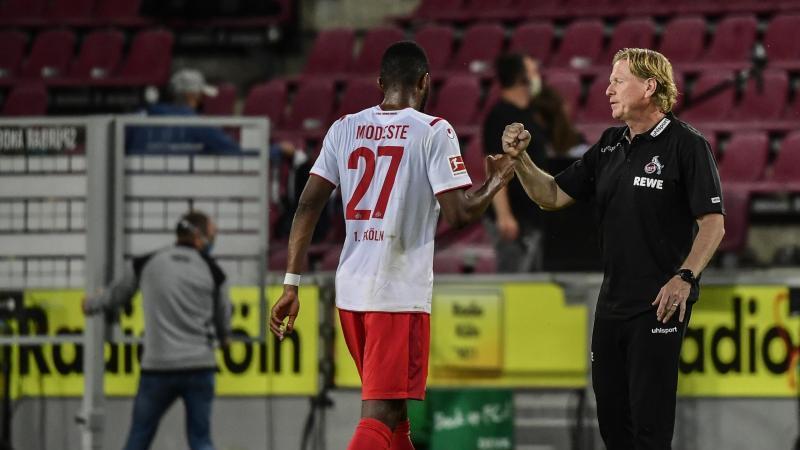 Kölns Trainer Markus Gisdol (r) bedankt sich nach dem Spiel bei Anthony Modeste. Foto: Ina Fassbender/AFP/POOL/dpa/Archivbild