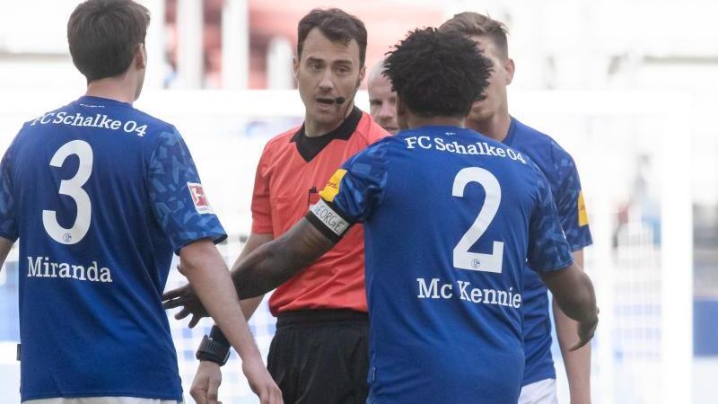 """Schalkes Weston McKennie trägt eine Armbinde mit dem Schriftzug """"Justice for George"""". Foto: Bernd Thissen/dpa/Archivbild"""